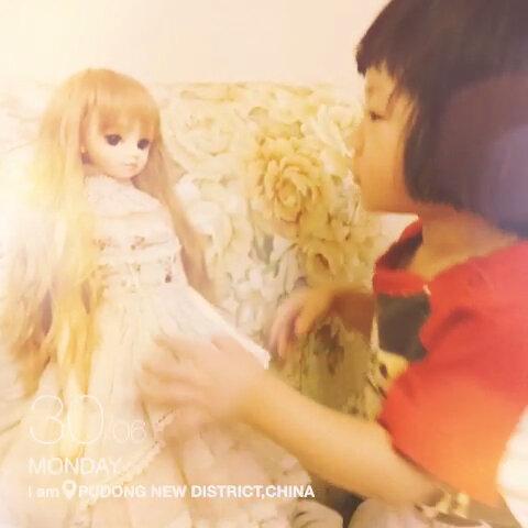 毛毛雨帮娃娃整理头发图片
