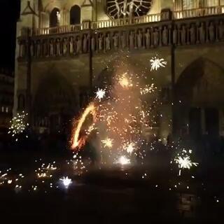 过年的即视感~巴黎圣母院前的焰火表演~我希望有天还能再见到你,此时此刻,je veux rien d'autre#在路上##烟火##随手拍#