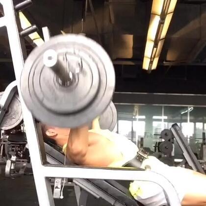 上胸杠鈴胸推,椅子和地面角度為30~45度之間,將杠鈴推出後,肩部下壓,背部鎖住,核心出力穩定上身,吸氣下放至索骨位置,吐氣垂直上推,做6~12下六組。粉絲多多分享按👍哦#男神##健身##腹肌#