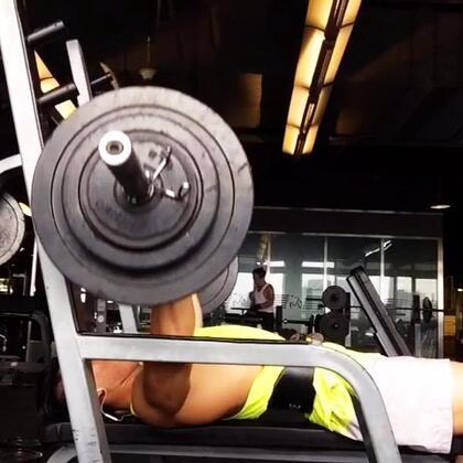 胸大肌訓練,重點:肩部下壓,不要聳肩,背部緊鎖,吐氣向上,下放至乳頭位置,做6~12下,六組。粉絲們不要吝嗇多多按👍。#男神##腹肌##健身#