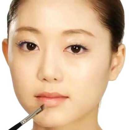 【渐变咬唇妆】通常来说,年轻姑娘在一般场合都不大会画比较浓艳的唇妆,然而像这种渐变咬唇妆不会像整个涂的那样红,淡淡的让人能接受,既不突兀,也可以很显眼。#唇妆#