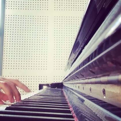 #钢琴#😋其实我录美拍就是录着玩的.没想过会有这么多人来听.很感谢你们的称赞☺评论太多学校网太差不能一一回复.统一回复你们问的多的问题:我的吉他还有韩语都是看书看视频自学的也没学多久.所以水平真的很一般钢琴也是普通水平