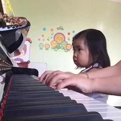 《大头儿子小头爸爸》和宝宝一起弹奏。