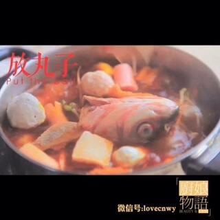 #美食# 🍴恶搞番外篇:女汉子是如何做火锅的💪?黑暗料理一招吓跑男友,切勿随意模仿。👻👻「 #厨娘物语# 06啤酒酸菜鱼头煲」(完整视频加微信:lovecnwy)