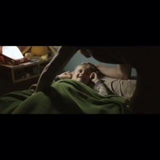 """【西班牙短片《帮我盖被子》】此片时长仅1分钟,但带给人一种不寒而栗之感。影片开头非常的温馨,但在下一秒惊悚的事情就发生了。导演Ignacio F. Rodó凭借此片在""""国际短片节""""夺得最佳短片奖 #全民灵异大赛##蒋先森的电影分享#"""