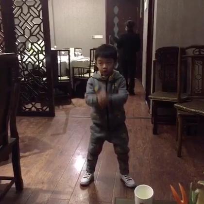 杨阳洋也在跳最近很火的#扭羊歌#~羊年扭一扭,要啥啥都有,恭喜恭喜发大财~~