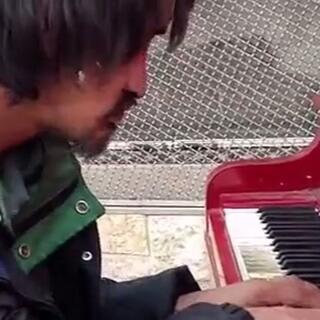#正能量#钢琴曲,弹出了这个男人的悲伤,这个男人以前也像们一样,有妻子,有儿女,但是现在的他一无所有。听一次感动一次😭😭😭