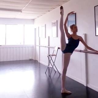 腿會不會太長啦😳😳#周末##大长腿##长腿美女##芭蕾#