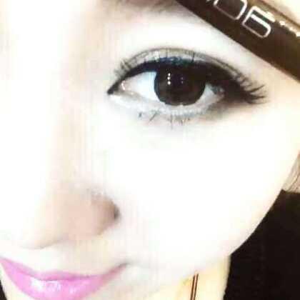 当第一次画眼线的时候,其实我是拒绝的,我跟化妆师讲,我眼睛小,化妆师跟我讲,画眼线我们有神器,用完神器,眼睛duang~~一下就大了,现在我每天用神器,眼睛duang,duang,duang大了!👉微信:aditiDL