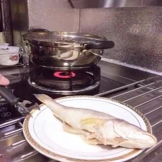 #美食#💁清蒸黄鱼🎀 将鱼用:盐 胡椒粉 料酒 姜粉 腌制20分钟😴蒸锅上气 蒸15分钟🌷出锅淋蒸鱼豉油。🌸喜欢就转发吧💖