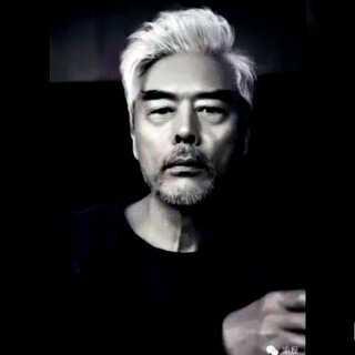 #神一样的结局#《己瞎,中国第一潮叔竟然是他》话说男人可以没有长相,但不能没有品位。👍👍👍如果不服让这位你绝对熟悉的大叔来颠覆你的三观。😍😍😍他就是北京演员张双利,中国的尼克大叔。😍😍😍潮爆了大叔。👏👏👏