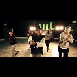 这群帅女人!记得第一次上aye hasegawa的课简直把我帅哭了这个女人,他们的练舞坏境很差的,全靠坚持才让大家看到了他们…喜欢跳舞就坚持下去吧 music:jumpin' jumpin' #舞蹈##爱舞蹈爱生活##60秒舞蹈#