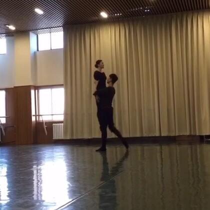#爱敬方##爱舞蹈爱生活#一次小汇报的作品《触碰》(原版张傲月和张亚姝)(本次摄影@俊旗 女主@aimier_咩 )