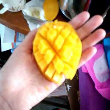 #生活小妙招#芒果的切法,大家学起来😃1、 先把芒果洗干净,然后在果核右边切一刀,再在果核的左边切一刀,芒果被分为三部分了。 取芒果的左右两边果肉,在果肉上划格子,但是注意不要切到皮 。把划好格子的芒果拿在手上,手指抵住芒果皮往上顶,这样芒果就被翻成一朵花的样子,切成丁装碗即可