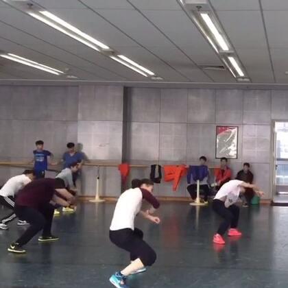 小红鞋是我,戴眼镜的是老师,把芭蕾课换成这个课大家都很开心~哈哈哈哈哈!#舞蹈# 音乐:Elastic Heart