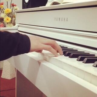 #音乐#《因为爱情》,这首歌是陈奕迅与王菲的首度合唱,王菲的声音空灵、温婉,而陈奕迅相对高亢、温暖。他们的合唱感情层次丰富,既有年轻的情怀,也有岁月的感触。这是一首穿越记忆的歌,也是一首最简单的情歌,希望我的演奏能够给大家带来最真实的感受!感谢大家对我的支持😊#我要上热门#😊