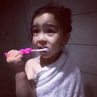 #感觉自己萌萌哒# 最近E小妞爱唱这首歌,还边刷牙边唱,如此高难度😳#宝宝#