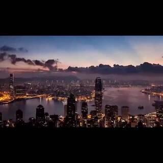 香港是一个集中西方文化为一体的现代都市,以其繁荣的城市风貌和不夜城而闻名,无论是美丽的维多利亚港口还是脱离世俗的小渔村,这里是香港,一个光影交织的繁忙城市。#旅行##世界那么大我想去看看#@whyeyend @Mr、Qu