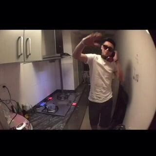 """#厨房DJ争霸赛# 我是""""DJ Dicky"""". AV8D舞动你们的双手,跟我灶起来!一整晚的疯狂,哈哈哈…感谢摄影加后期制作@小川小川小川 💪@TOPsuper小虎 来看看😅#我要上热门#"""