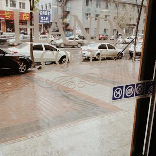 #世界那么大# 手机没电了 剩下的时间是雨后自己漫步在大街上 想独处💢