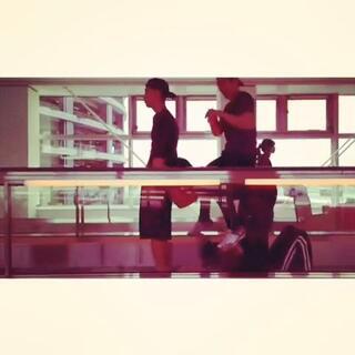 當你在機場無聊的時候⋯⋯#枪战##在机场##二逼青年欢乐多##机场手推人力车#