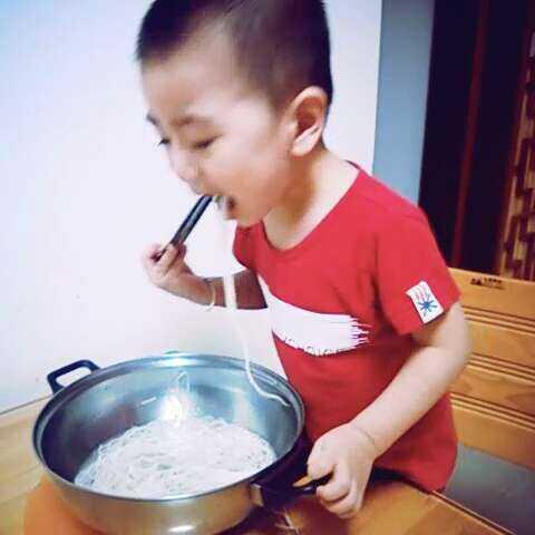 我要吃面 用筷子吃一大锅的面条
