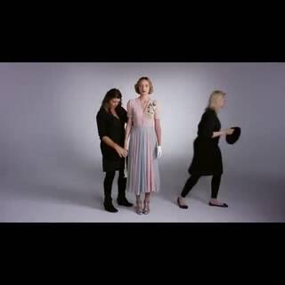 女人100年来的穿着变化。越到后面越像我们哦。看这视频突然觉得如果有人每天早上给我这么穿衣那该多好。。。😃😃😃#女神##时尚#