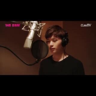 #在韩国超火的视频#139 看到这视频之前我还以为他是逗比出身呢。明明可以靠唱歌来变红。但还是放弃不了自己的逗比性格的陆星材。他的逗比样请参考135. #陆星材##唱歌##男神#