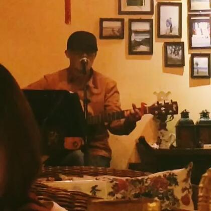 """""""我可以放弃全世界,只求能够多爱你一天""""束河最好男歌手,没有之一。#丽江##束河古镇##男歌手##"""