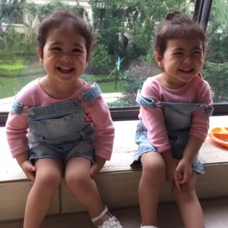 背带裤萌娃!#宝宝##最萌双胞胎#@全球萌娃排行榜 @田雨橙甜橙全球后援会