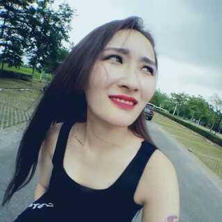 #60秒d日常#今天跑出去拍片子,广州的夏天热得简直无法呆在外面。。今天妆容比较浓,就是因为剧情需要啦,而且拍了一天的黑帮老大姐,一时半会出不了戏😂特别感谢那帮朋友们,比我还拼!
