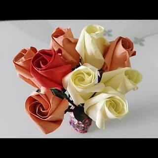 #diy手工##情人节#【简易玫瑰】材料:玫瑰折纸(花朵15*15cm,花托5*5cm)花杆,细铁丝,绿胶带,白乳胶等,均淘宝购买。(背景音乐:我等候你)玫瑰风格多样,但整个框架都是很相似的,学会一种其他就会好理解。#涨姿势#