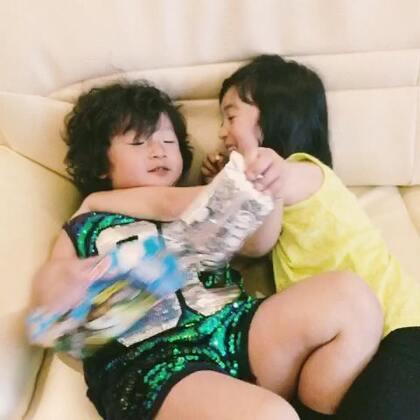"""""""我的poppy""""是超级可爱哦 ~两个可爱的宝贝!孩子们的世界天真无邪,充满童真童趣!希望他们以后长大了,无论天涯海角,就像自己家的兄弟姐妹,互相帮助,互相关爱!感谢这段岁月,这个节目,给了我们几家人难忘的回忆,给了孩子们,难忘的童年!💋💋"""
