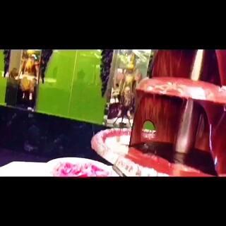 #晒晒你喜欢的异国美食#黑暗料理之西瓜蘸巧克力!经过高温加热的巧克力液体会凝固在西瓜上,味道还不错~但还是别多吃不然会长胖☺☺想吃来曼谷King power 三层找我吧#赞一个吧##喜欢你来关注我#