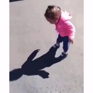 #小萝莉##搞笑##都是影子惹的祸#什么事都是影子的错😂😂
