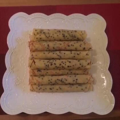 #美食#蛋卷 用料:鸡蛋 白糖 黄油 低粉 香草精 黑芝麻