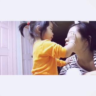 """#我为父母洗脸# 她小名叫""""小丸子"""",一岁七个月。我假装在哭,结果她看见妈妈哭了,过来给妈妈擦眼泪,我手上正好拿着手机,幸运地给录下来了。擦得好认真啊!她虽不是在帮我洗脸,但看到这个画面,顿时觉得心里好暖!顺便响应一下珍珠麻麻的话题@黑珍珠逗你玩 !"""
