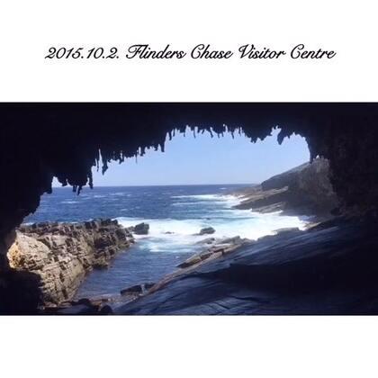 #旅行##袋鼠岛#<Flinders Chase NP>1906年建造的灯塔-Cape du Couedic&可以看到New Zealand Seal的Admirals Arch,现在正值Seal的繁殖季,可以看到很多Seal妈妈带着小宝宝在晒太阳