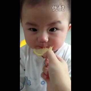#搞笑##宝宝# 这酸爽的,光是看一下都半天没缓过劲来😂😂太可爱啦,哈哈😊😊#宝宝吃柠檬#@美拍小助手