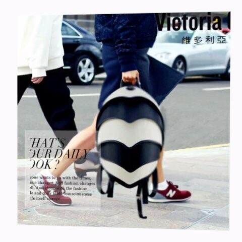 欧美时尚街拍宠儿-- victoria gossip 甲壳虫背包全球同步上市