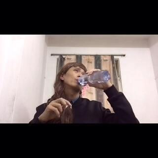 #直播喝水#看一下我怎么喝水的#搞笑#萌妹子喝水哦#逗比#喜欢就点赞一下吧 谢谢!
