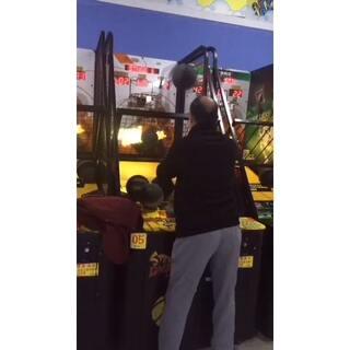 昨日在游乐场,遇到一个神投篮的大爷,几乎是百发百中👍一共投了六百多分,膜拜膜拜🙏#投篮机##投篮高手##我要上广场##我要上热门##我要上头条#