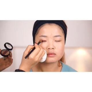 #陈雪妆容教室#素人改造整形级妆容教程4。因为原有视频是6分钟只好裁掉了护肤步骤,看杀马特女孩变身韩式小清新,针对肿眼睛单眼皮女孩的提神画法,后边当然更精彩!