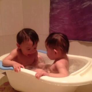 #随手美拍##最萌双胞胎#来一个沐浴的😂😂