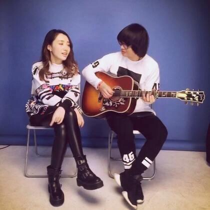 #音乐##周五##爱我别走#花絮。拍摄休息时间,拿起吉他🎸弹唱一段😍,我们真的在玩,在聊天,摄影师偷拍~自黑版咯😮