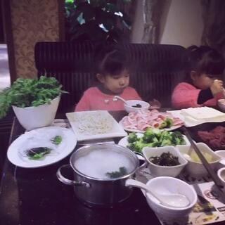 你吃了吗?我们要睡啦😄还没吃的多看几遍哦,不用谢我们的慷慨啦#美食##最萌双胞胎#