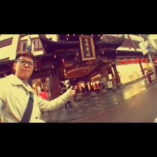 终于等到美拍可以发1分钟以上的视频了,这是今年11月底去上海随手拍的纪录片,从自己的视角出发,带大家看看我们的魔都上海,感受雨天里的小弄堂,弄堂里的旧时光。#在路上##圣诞节##随手美拍##旅行的意义##旅行日记#