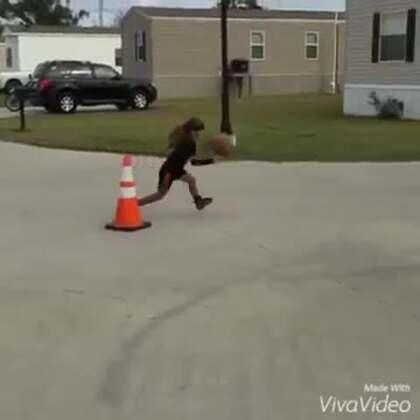 """美国#6岁女童球技惊人#😱 美国6岁女孩Jaliyah Manuel在篮球方面拥有惊人天赋,她靠着惊人球技已经建立起巨大的""""粉丝军团""""!"""