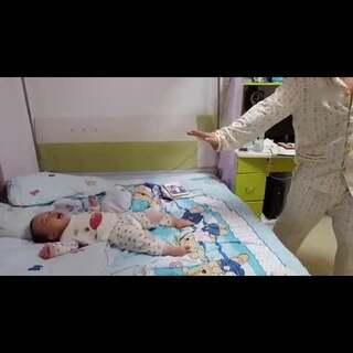 一岁宝宝配合爸爸排山倒海天衣无缝#宝宝搞笑##我要上热门#