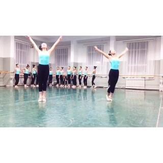 #期末考你怕了吗#同上,一群#软妹子#的#技巧##空翻#。#中专#小孩子们的#期末考试#,用的南舞经典#音乐#,这可比#每日瑜伽#强多了,正在与南舞比美,这样的#舞蹈#必须上热门,求各路大神转发,给豆豆们一些鼓励。关注我看我美拍里的各种美丽#舞蹈#,给个赞。